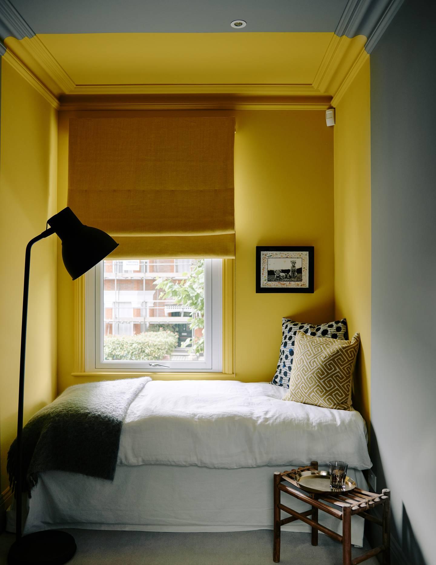 camera da letto con muri grigio e giallo
