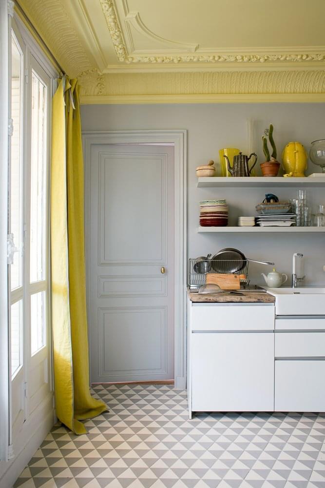 cucina bianca con muro grigio e soffitto giallo